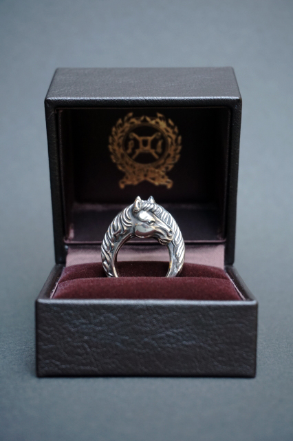 PEANUTS & Co. TWO FACE HORSE RING